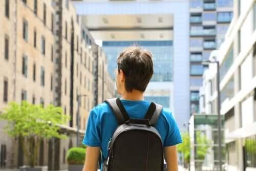 Jeune homme qui s'adonne à la vie à l'étranger