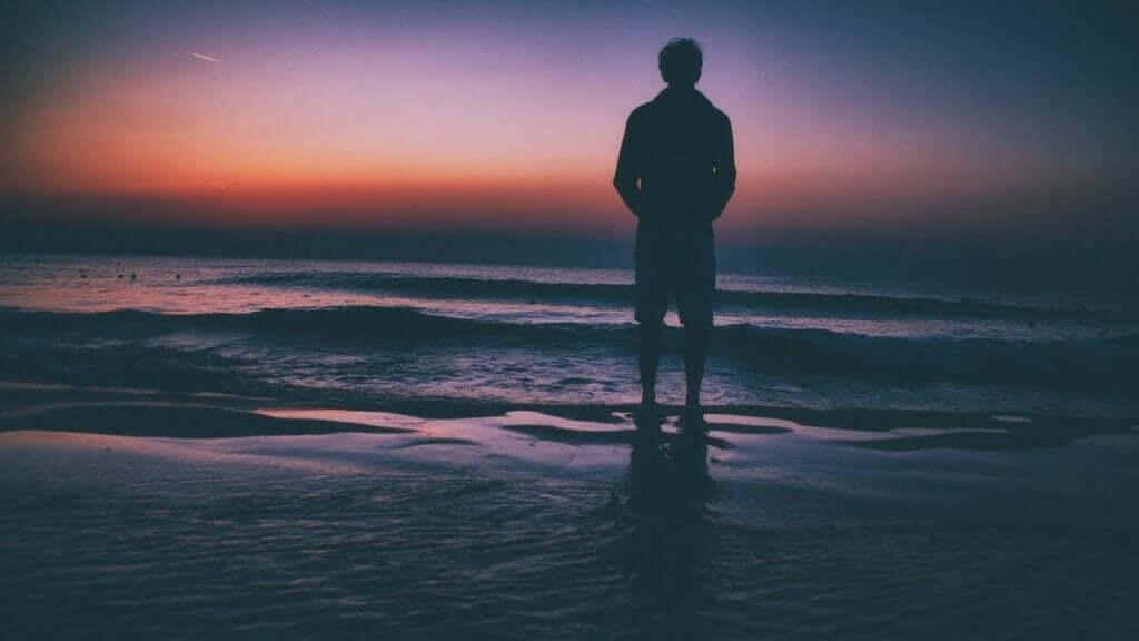 Un homme seul face à la mer