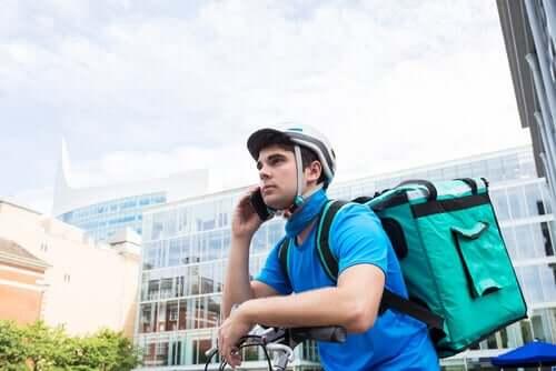 Un livreur à vélo, exemple de l'économie des petits boulots