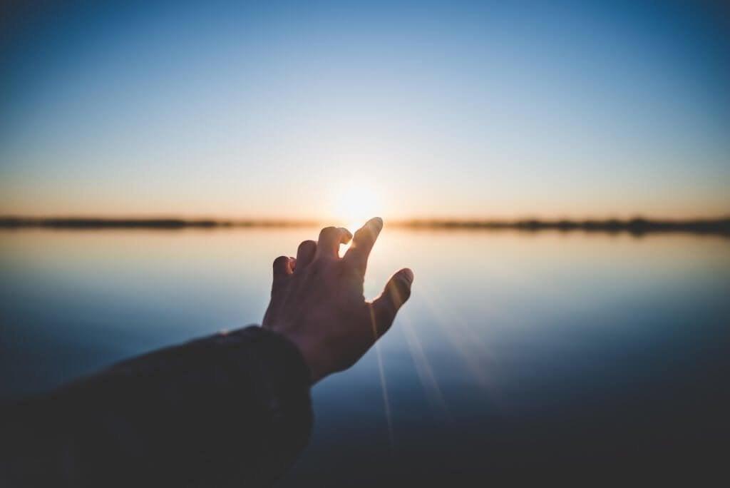 main devant le soleil