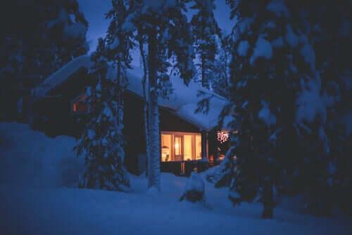 Une maison sous la neige