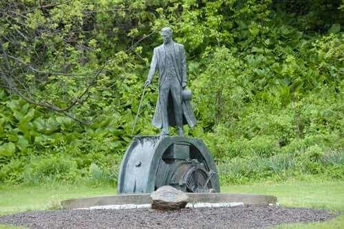 Une statue de Nikola Tesla