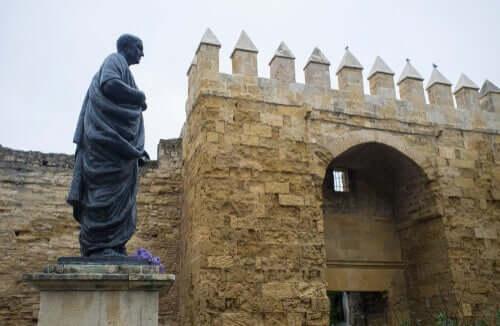 Une statue de Sénèque devant un bâtiment