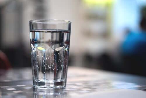 Un verre rempli d'eau