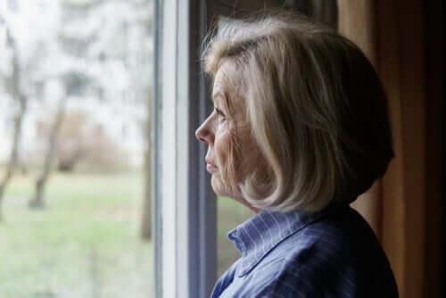 Une dame à l'air pensif qui regarde par la fenêtre