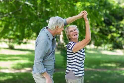 Un couple âgé qui danse