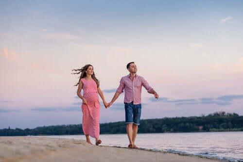 Un couple qui se promène sur une plage