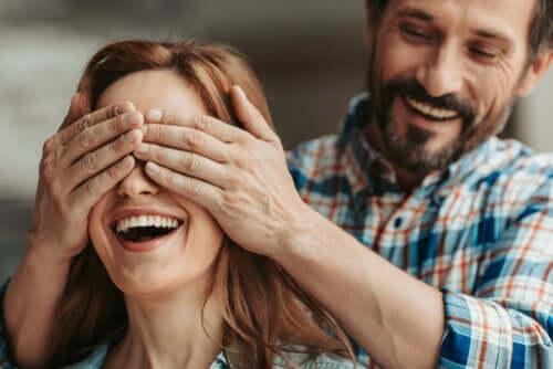 Un homme qui fait une surprise à sa compagne