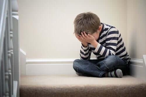 Un enfant qui pleure, envahi par la phobie scolaire