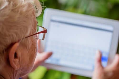 Une femme âgée sur sa tablette