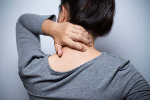 Une femme qui éprouve des douleurs neuropathiques