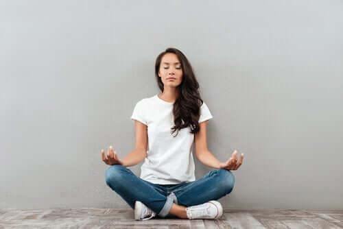 Une femme en train de méditer