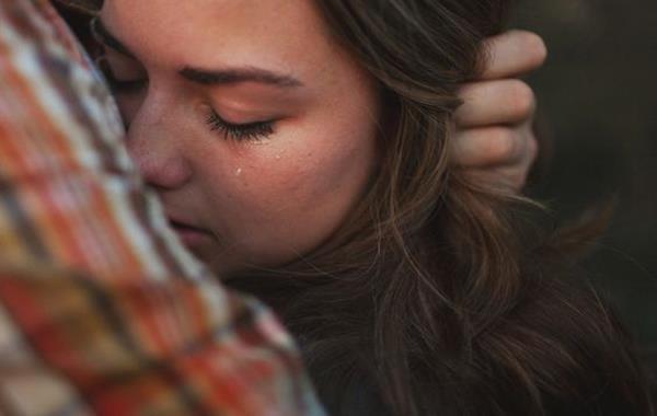 Une femme en train de pleurer à cause du culte de la victimisation