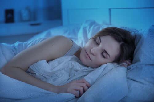 Une femme qui dort dans son lit