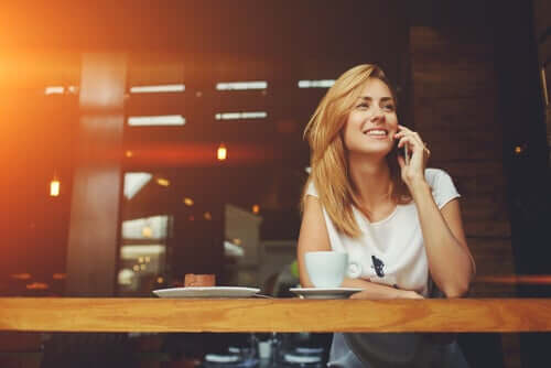 Une femme qui est en train de téléphoner