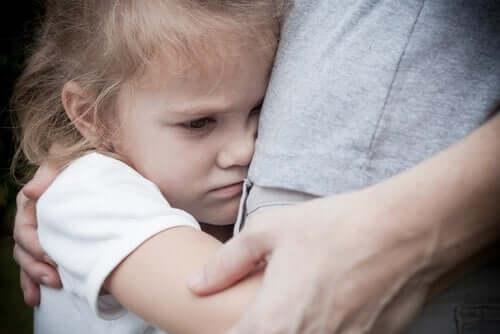 Une fille qui prend son père dans ses bras