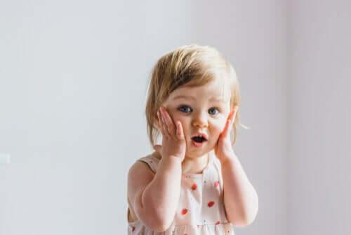 Une petite fille qui ressent de la surprise