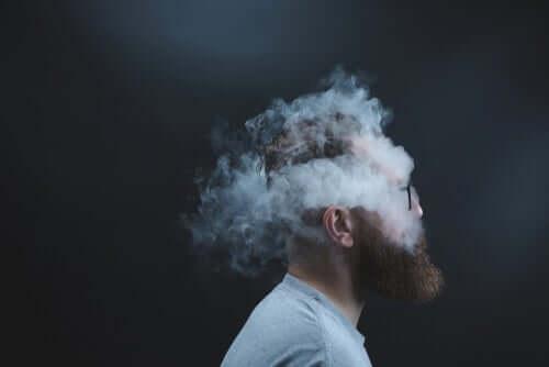 La tête d'un homme entourée de fumée