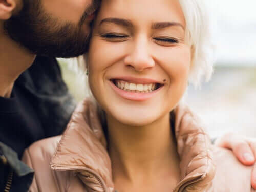 Un homme qui fait un bisou à une femme