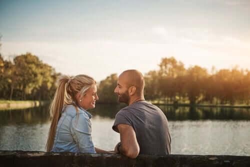 Un homme et une femme qui se regardent en souriant