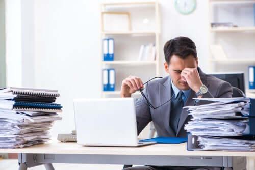 Un homme stressé au travail qui a besoin de silence et de repos