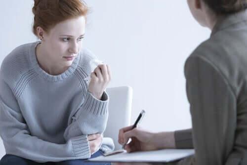 Jeune femme triste en consultation