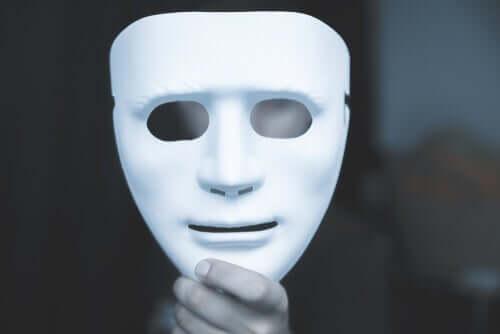 Une main qui porte un masque