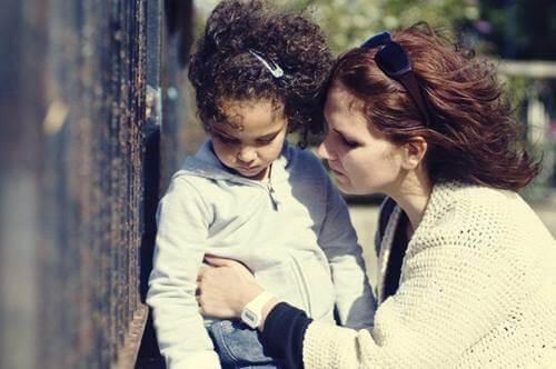 Une mère en train de demander pardon à sa fille