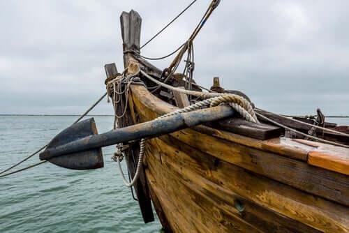 Un navire en mer