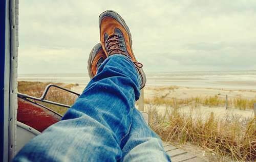 Une personne qui croise les jambes et qui aime perdre du temps