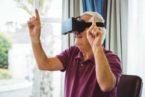 Un homme âgé avec un casque de réalité virtuelle