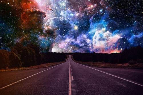 Une route et un ciel étrange