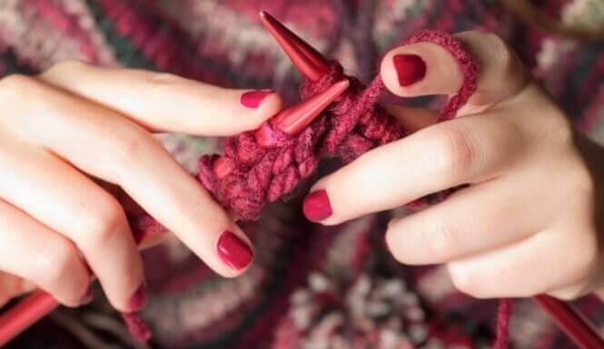 Le tricot est un bon exemple d'activité impliquant de travailler avec ses mains