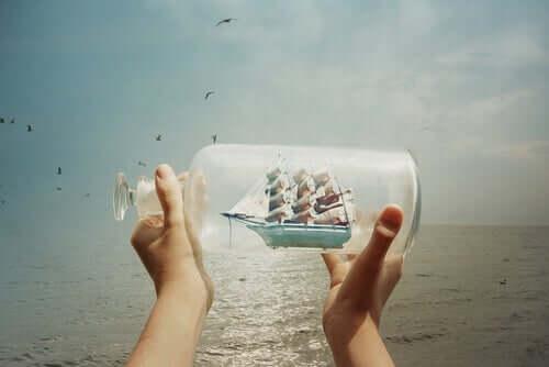 Une bouteille avec un voilier à l'intérieur