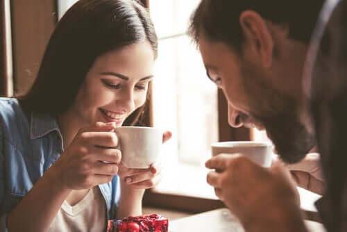 Un couple en train de boire un café