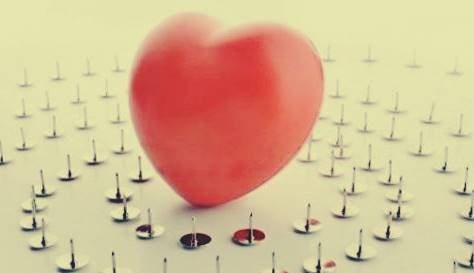 Un coeur entouré de punaises représentant la philophobie