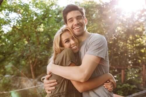 Un couple heureux enlacé