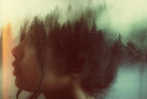 Le ju-jitsu mental chez une femme la tête dans la forêt