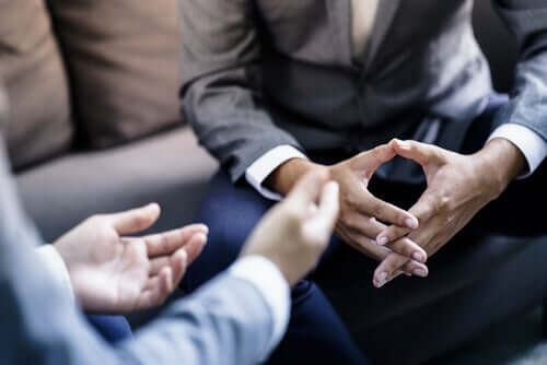 Deux hommes qui discutent du complément narcissique