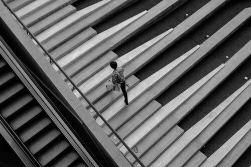 Une personne monte des marches d'escaliers