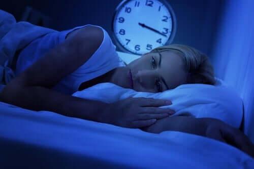 Une femme insomniaque dans son lit souffrant d'apnée du sommeil