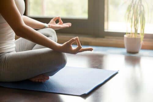 Une femme s'adonnant à des techniques de méditation