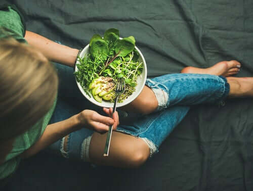 Une femme qui a une alimentation consciente
