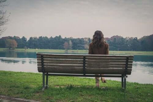 Une femme seule envahie par l'angoisse