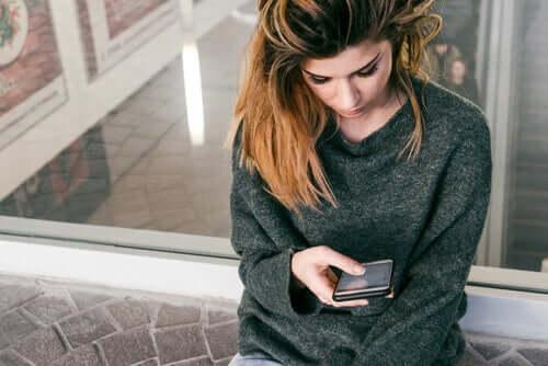 Une femme sur son téléphone
