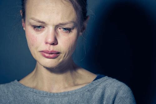 Une femme qui pleure à cause de l'orgueil destructeur