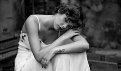 Une femme triste touchée par la vulnérabilité