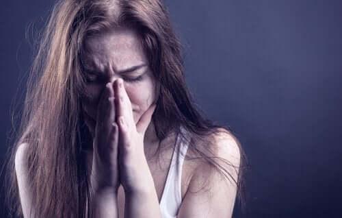 Une femme triste car accro aux substances