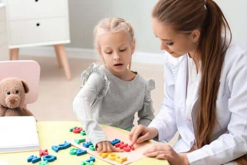 Une petite fille chez l'orthophoniste pour améliorer son langage