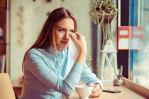 Une femme déçue qui pleure à cause de la trahison